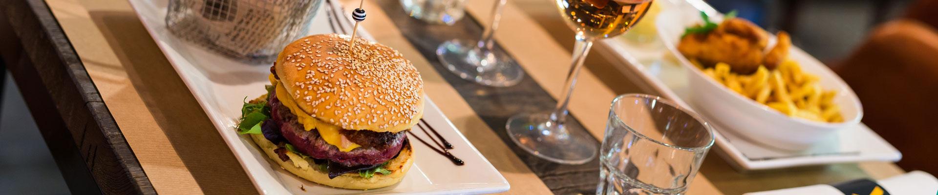 la-fabrik-steakhouse-food-&-drink-restaurant-bar-hangar-quai-rouen-seine-42-bandeau-burger-1920×400